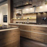 Virtuves interjers ar koka apdari